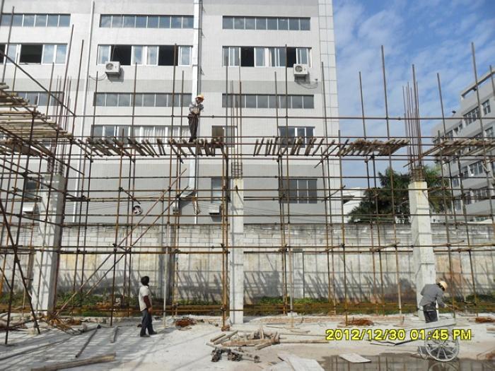 proimages/07-廠房首層柱吊鋼筋至位置上.jpg